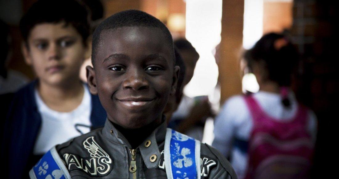 O sofrimento na África e a longa viagem de navio para o Brasil não conseguiram apagar o sorriso do pequeno dançarino.