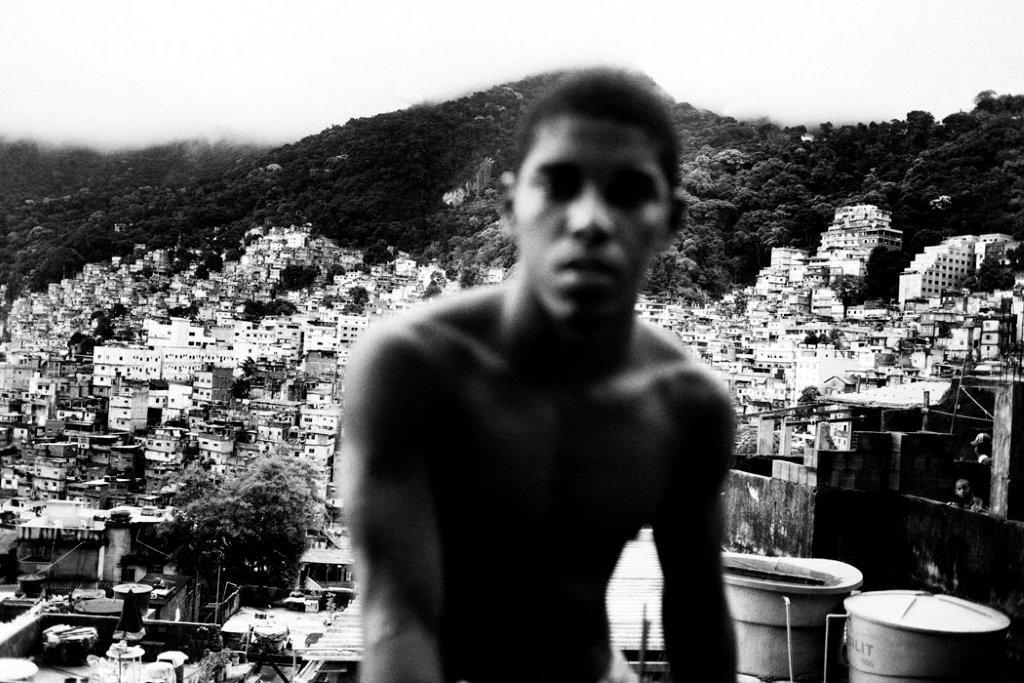 Um dos milhares e milhares de meninos que crescem nas favelas cariocas.