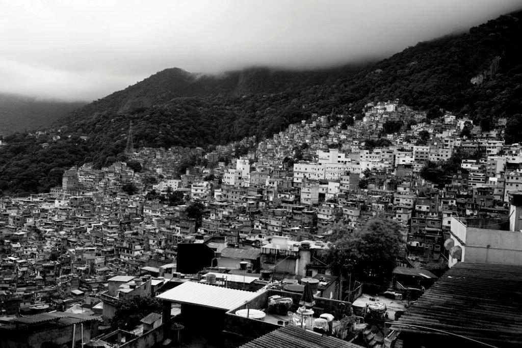 A Rocinha, maior favela do país, encravada entre os bairros nobres da Gávea e de São Gonçalo.