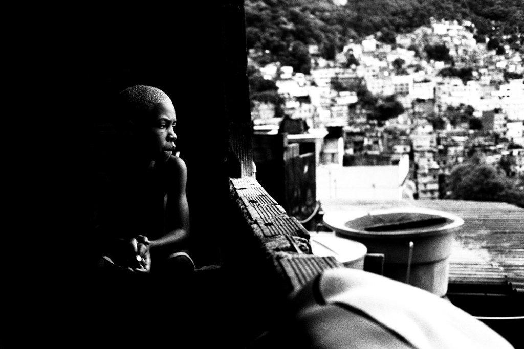 Para quem cresce na favela, o surf muitas vezes é a única válvula de escape.