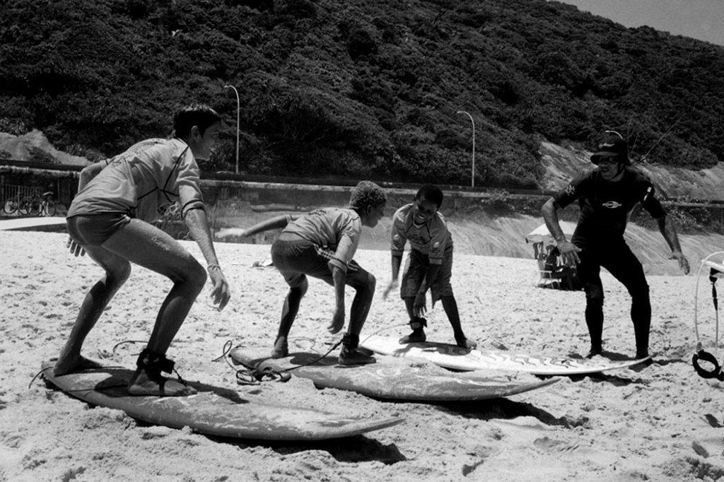 O instrutor ensina os macetes para dominar a prancha.